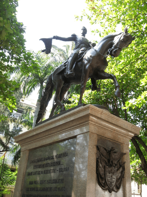 State of Simón Bolívar with the words of praise of Cartagena mentioned above inscribed on the base.