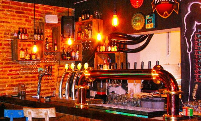 Photo of a bar with various taps of craft beer in Cartagena.