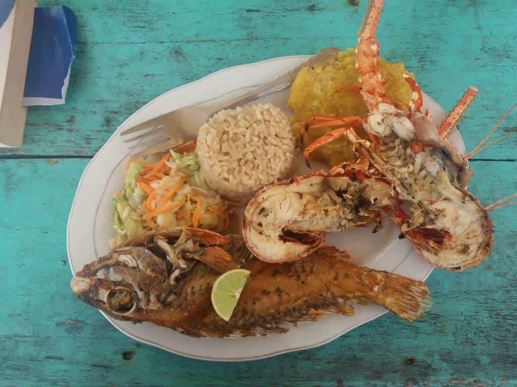 Foto de un plato con pescado frito y langosta, comida tipica en Cartagena.