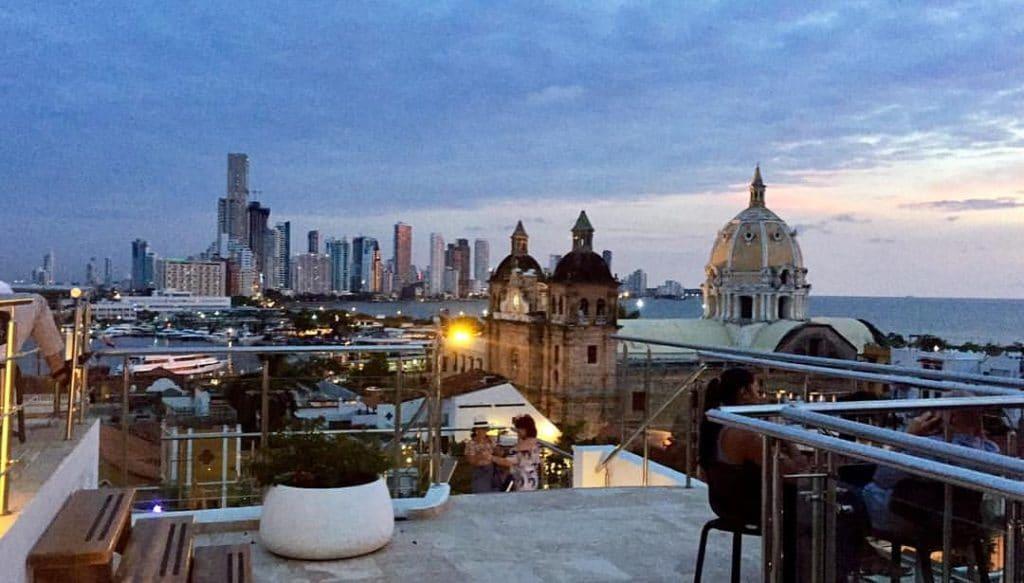 Foto de la vista desde Hotel Movich con la Iglesia San Pedro Claver y la bahía al tiempo del atardecer Cartagena.