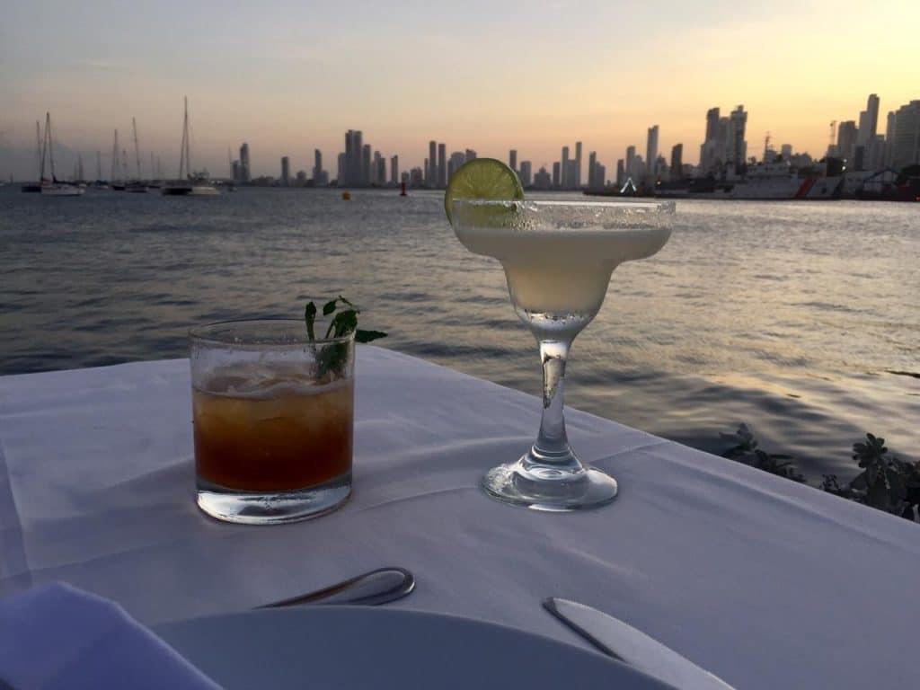 Dos bebidas en una mesa viendo hacia el atardecer en Cartagena.