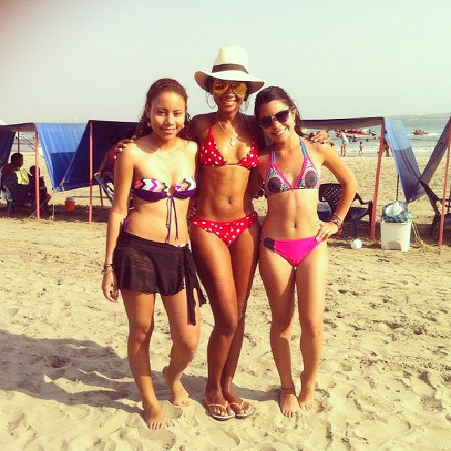 Photo of three girls on one of the beaches around Cartagena Castillo Grande