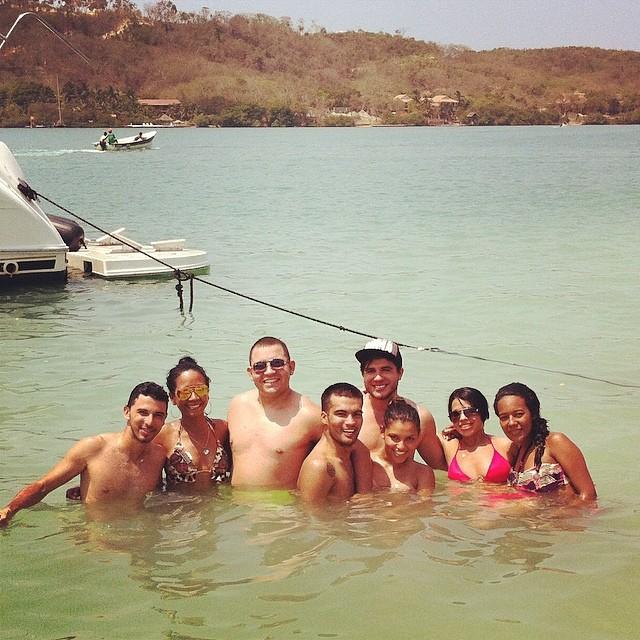 Foto de un grupo de personas en el mar en las islas rosario cartagena.