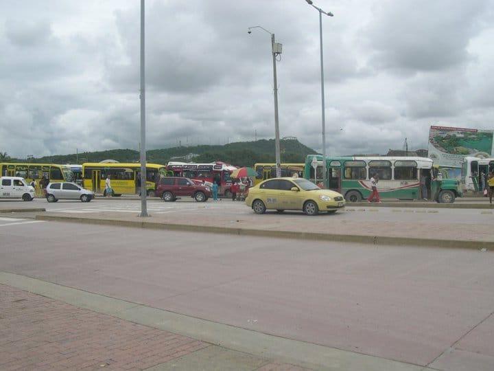 Foto de un taxi y buses en Cartagena en la calle.