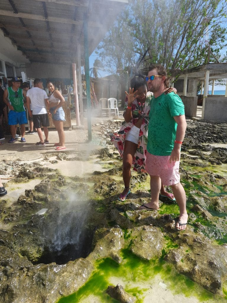 Photo of a couple standing over the Hoyo Soplador in San Andres Island.