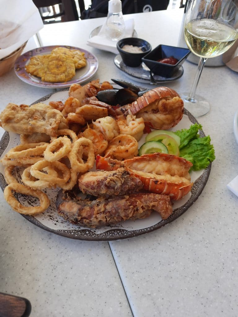 Photo of a seafood platter plate with fried fish, shrimp, calamari, and lobster, all seafood things to seat in San Andres.