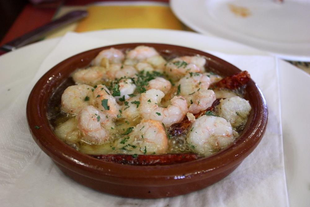 Foto de un plato con camarones al ajillo, una Cartagena comida tradcional.