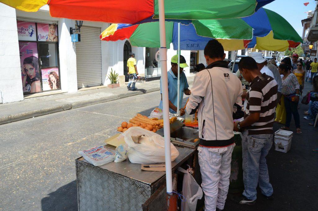 Foto de vendedores de comida típica de cartagena en la calle.